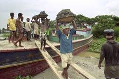 Bangladescy pracownicy rozładowywają freighter z ładunku piaskiem Zdjęcie Stock