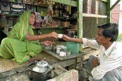 Bangladeshisk kvinnlig butiksinnehavare på arbete i livsmedelsbutik Royaltyfria Bilder