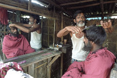 Bangladeski fryzjer męski przy pracą w zakładzie fryzjerskim w Dhaka Obraz Royalty Free