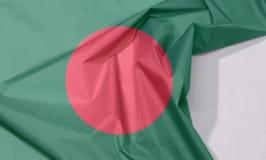 Bangladesz tkaniny flaga zagniecenie z biel przestrzenią i krepa obrazy stock