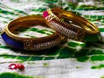 Bangles включаемые с голубыми розовыми камнями и белыми жемчугами стоковое фото rf