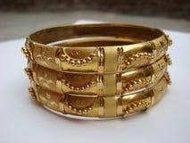 Bangles золота на белой предпосылке Стоковая Фотография RF
