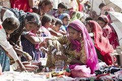 Bangles хранят в ярмарке стоковые фотографии rf
