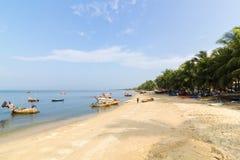 Bangsaen-Strand mit vielen fishermens Lizenzfreie Stockbilder