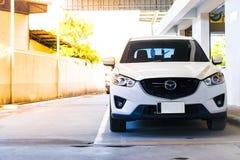 BANGSAN, TAILÂNDIA - em setembro de 2017 este é o carro Mazda que está esperando o reparo Na sala de exposições Tailândia do carr foto de stock royalty free