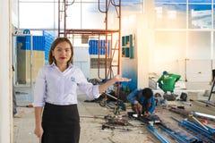 BANGSAN, THAILAND - September 2017: Asiatinnen stellen Plätze vor Haben Sie eine Karriere im Bau Er berät sich über t Lizenzfreie Stockfotos