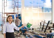 BANGSAN THAILAND - September, 2017: Asiatiska kvinnor introducerar ställen Ha en karriär i konstruktion Han konsulterar om t Arkivbilder