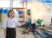 BANGSAN THAILAND - September, 2017: Asiatiska kvinnor introducerar ställen Ha en karriär i konstruktion Han konsulterar om t Royaltyfri Fotografi