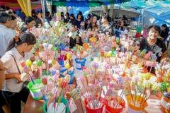BANGSAPHAN, TAILÂNDIA - 18 DE DEZEMBRO: Budistas não identificados Fotografia de Stock