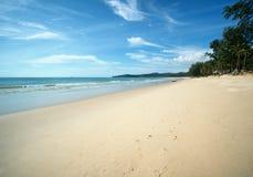 Bangtao海滩,普吉岛,泰国 使深度域标志低红色季节浅热带警告靠岸 库存照片