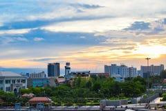 Banguecoque é um da maioria de prédios em Tailândia e ainda junto a Chao Phraya River fotos de stock royalty free