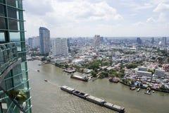 Banguecoque ajardina com o rio e o céu azul Foto de Stock