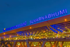 BANGUECOQUE 20 DE JULHO: Aeroporto de Suvarnabhumi na noite o 20 de julho de 2014 em Banguecoque, Tailândia Fotografia de Stock Royalty Free