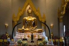 BANGUECOQUE - 24 de maio: A Buda dourada no templo nomeia Wat Traimitr e Fotografia de Stock Royalty Free