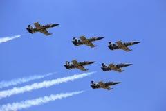 A equipe acrobática do jato de Breitling da equipe executa Fotografia de Stock Royalty Free