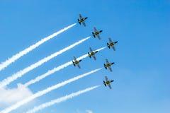 BANGUECOQUE - 23 DE MARÇO: Equipe do jato de Breitling sob festival aéreo tailandês real da equipe de Breitling do céu e da força  Fotografia de Stock