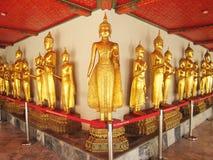 BANGUECOQUE - 6 de novembro Estátuas da Buda no templo de Wat Pho o 6 de novembro de 2013 em Banguecoque, Tailândia Wat Pho é nom Imagens de Stock Royalty Free