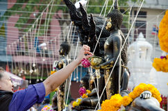 BANGUECOQUE - EM DEZEMBRO DE 2013: moedas budistas da gota na bacia da esmola da monge Fotografia de Stock Royalty Free