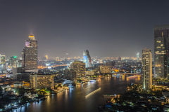 Arquitectura da cidade de Banguecoque na noite Imagens de Stock