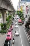 Banguecoque, em outubro de 2015 - tráfego congestionado em Thanon Sukhumvit fotos de stock