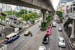 Banguecoque, em outubro de 2015 - tráfego congestionado em Thanon Sukhumvit imagem de stock