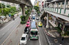 Banguecoque, em outubro de 2015 - tráfego congestionado em Thanon Sukhumvit imagens de stock