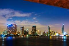 Banguecoque grande Tailândia e rio Tamisa na cidade da noite foto de stock