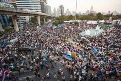 Banguecoque, o 13 de janeiro de 2014: Anti-Thaksinomics protestors recolhidos a Imagem de Stock