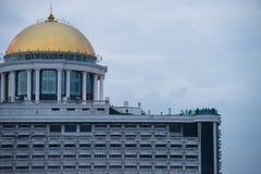 BANGUECOQUE, O 29 DE MAIO DE 2017: Clientes vistos na barra do céu no telhado Fotografia de Stock