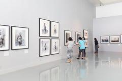 BANGUECOQUE - 2016, O 8 DE OUTUBRO: Olhar dos povos nas galerias de arte a da foto Fotografia de Stock