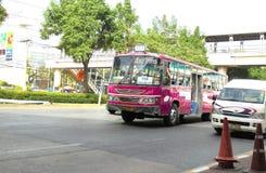 Banguecoque-Tailândia: Ônibus cor-de-rosa colorido na rua de Banguecoque Fotografia de Stock