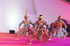 BANGUECOQUE, TAILÂNDIA - 15 DE JANEIRO: Vestido tradicional tailandês. atores p fotos de stock