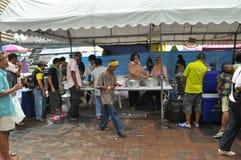 Banguecoque/Tailândia - 08 05 2013: As camisas do amarelo do exército de povos aka obstruem e ocupam Lumphini Imagens de Stock