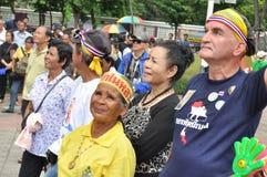 Banguecoque/Tailândia - 08 05 2013: As camisas do amarelo do exército de povos aka obstruem e ocupam Lumphini Imagem de Stock