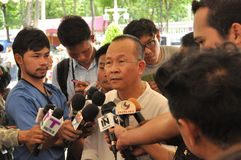 Banguecoque/Tailândia - 08 05 2013: As camisas do amarelo do exército de povos aka obstruem e ocupam Lumphini Fotografia de Stock