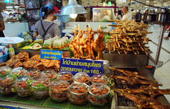 Banguecoque, Tailândia: Cabine do alimento do mercado de Chatuchak Imagens de Stock Royalty Free