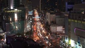 BANGUECOQUE, TAILÂNDIA - CERCA do março de 2017: Skyline da arquitetura da cidade na noite Mover-se dos carros das horas de ponta filme