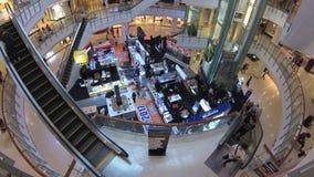BANGUECOQUE, TAILÂNDIA - CERCA do março de 2017: Vista interna do shopping Tempo real Câmera da ação video estoque