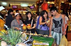 Banguecoque, Tailândia: Clientes no supermercado Imagem de Stock