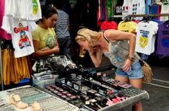 Banguecoque, Tailândia: Compra na estrada de Khao San Fotografia de Stock Royalty Free