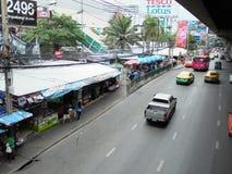 Banguecoque-Tailândia: Condições flexíveis do tráfego em seis stre da pista Imagem de Stock