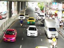 Banguecoque-Tailândia: Condições flexíveis do tráfego em seis stre da pista Imagem de Stock Royalty Free