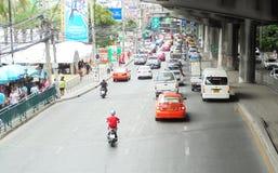 Banguecoque-Tailândia: Condições flexíveis do tráfego em seis stre da pista Fotografia de Stock Royalty Free