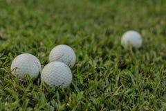 BANGUECOQUE, TAILÂNDIA - 13 DE ABRIL DE 2016: Bolas de golfe na grama imagens de stock
