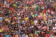 BANGUECOQUE, TAILÂNDIA - 13 DE ABRIL DE 2015: Povos que jogam a água em Songk Imagens de Stock