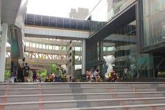 Banguecoque, Tailândia - 31 de abril de 2014 Grupo de pessoas que faz atividades diferentes em um espaço recreacional de Siam Tow foto de stock