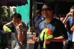 Banguecoque, Tailândia - 15 de abril: Molhe a luta no ano novo tailandês do festival de Songkran o 15 de abril de 2011 no soi Kra Imagens de Stock