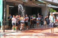 Banguecoque, Tailândia - 15 de abril: Molhe a luta no ano novo tailandês do festival de Songkran o 15 de abril de 2011 no soi Kra Imagem de Stock