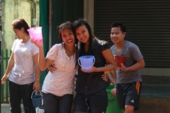 Banguecoque, Tailândia - 15 de abril: Molhe a luta no ano novo tailandês do festival de Songkran o 15 de abril de 2011 no soi Kra Fotos de Stock Royalty Free