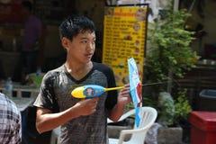 Banguecoque, Tailândia - 15 de abril: Molhe a luta no ano novo tailandês do festival de Songkran o 15 de abril de 2011 no soi Kra Fotografia de Stock